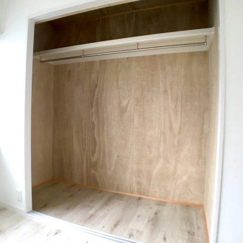 クローゼット 桐壁を採用 at bedroom