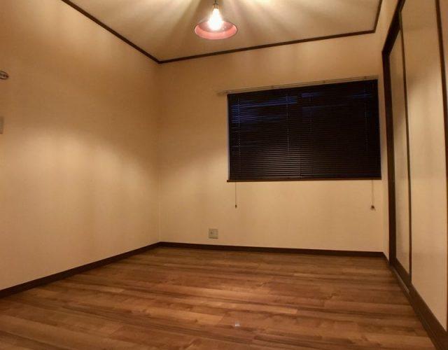 ワンルーム17畳 腰高窓にはブラインドを装備