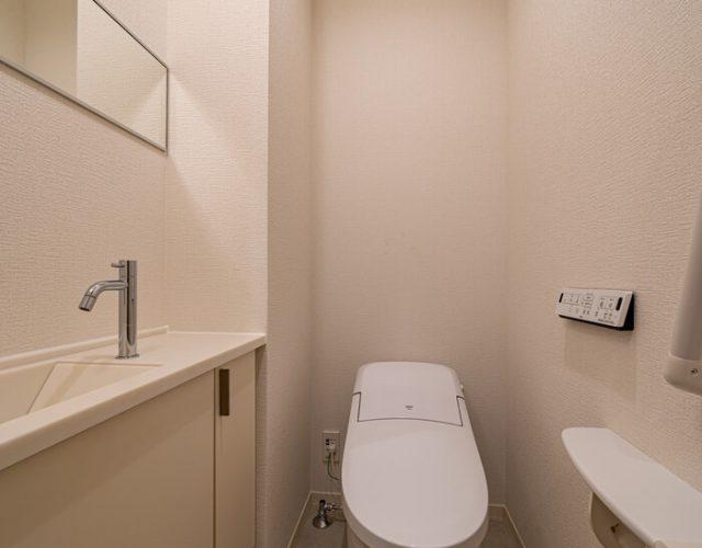 1階トイレ 玄関ホールのトイレはタンクレスとなっており手洗いが独立しています。帰宅時の手洗いにも便利です。