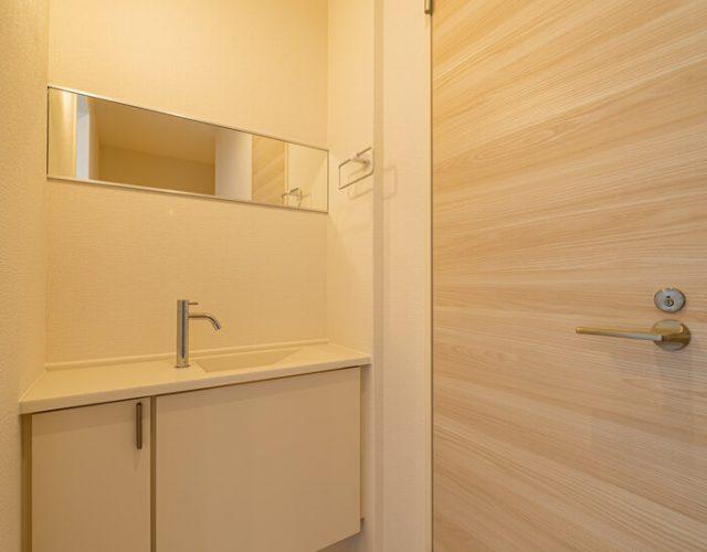2階ホール 2階トイレもタンクレスとなっており手洗いを独立させています。 期せずしてコロナ対策となっています。