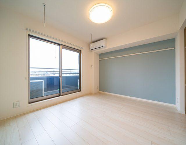 寝室 8.7帖 清潔感のあるアクセントクロス 照明付き