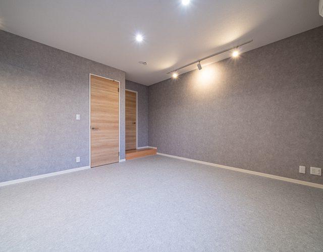 フィットネスルーム 天井のダウンライトはBluetoothスピーカーを内蔵していますのでヒーリングミュージックを流しながらヨガを楽しむこともできます。