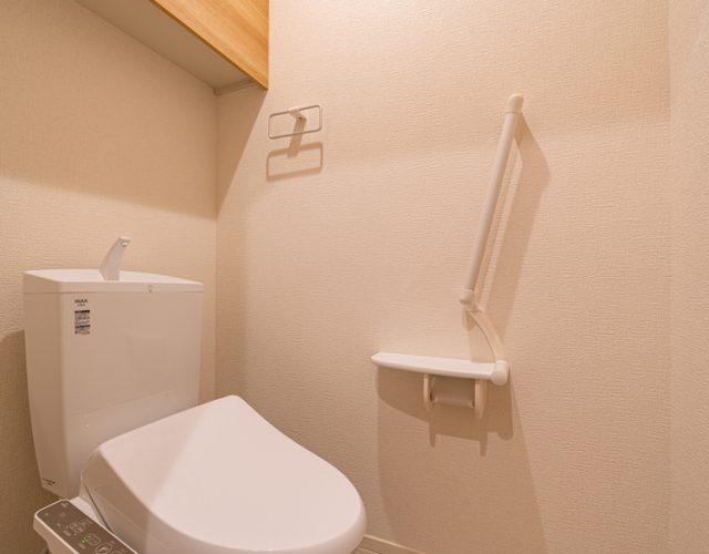 1階トイレ 来客用のトイレとしても利用できます。 来客とトレーニングされる場合1階だけで全てが完結できるように設計しています。