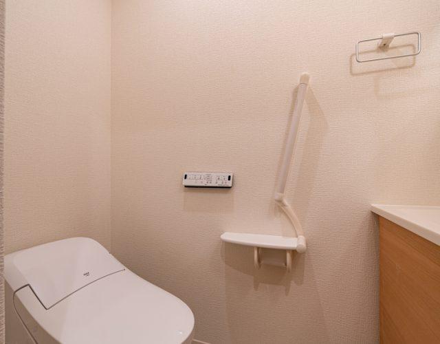 2階トイレ おしゃれなタンクレスで手洗いが独立しています。