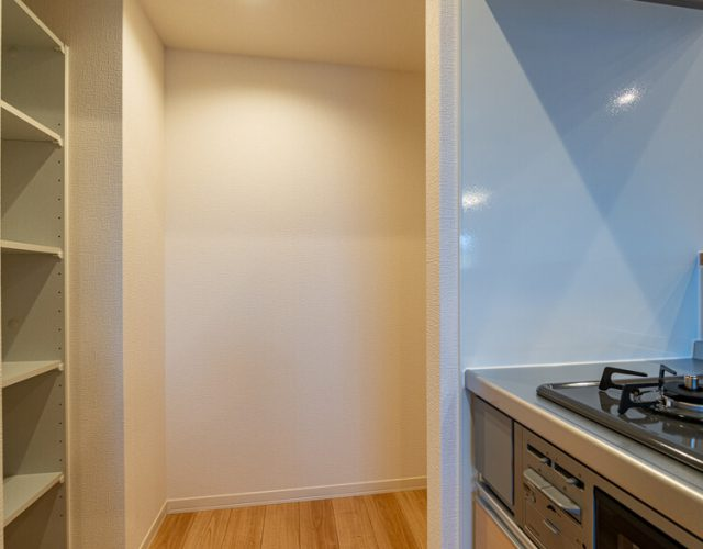 キッチン キッチン奥にはパントリーと冷蔵庫のスペース