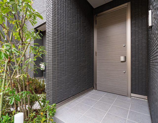 玄関 通路から玄関ドアが見えない構造でプライバシーに配慮