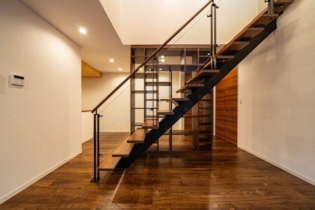 LDK シースルー階段越しの本棚