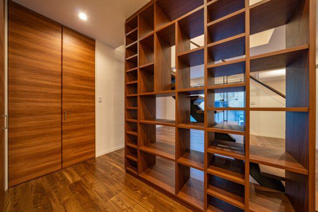 LDK 天井まである特注の本棚