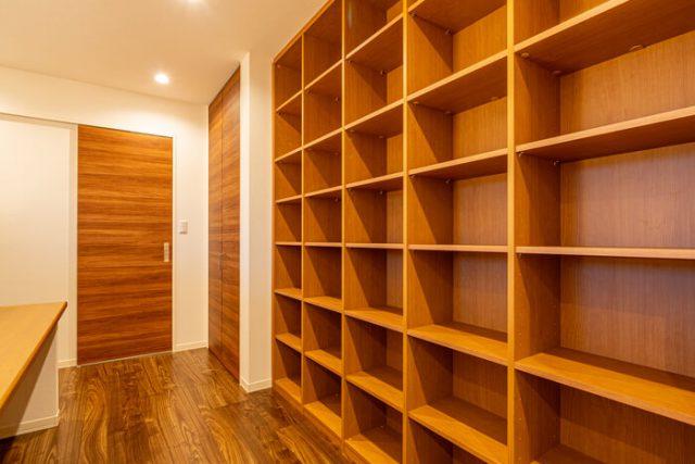 2階ホール 天井まで達する書棚。 可動棚となっています