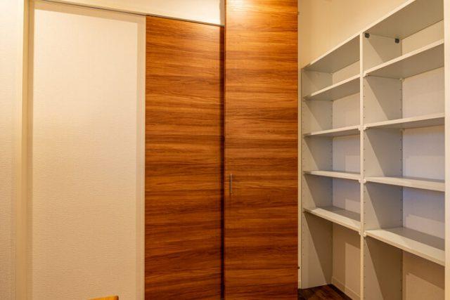 2階ホール 書棚の両脇には扉付き収納を装備