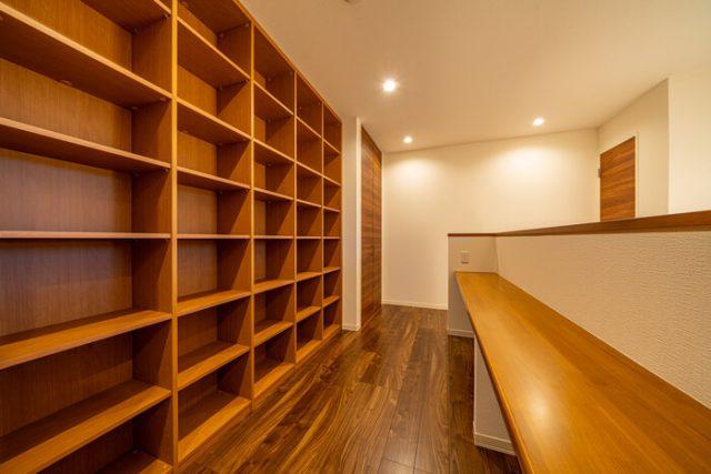 2階ホール 読書カウンターから吹き抜け越しに外を見ることができます。カウンターにはコンセントを装備。