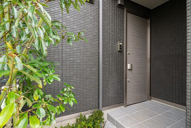 玄関 通路から玄関扉がみえにくい構造でプライバシーに配慮しています。