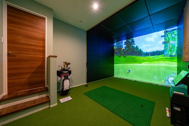 ゴルフ室 天井高2,800mmでドライバーのスイングもできます。