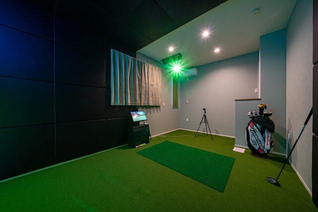 ゴルフ室 フロント&サイドカメラでスイングチェックができます。
