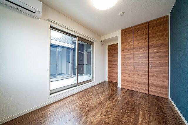 寝室 5.7帖の寝室にはインナーバルコニーから朝日が差し込み快適な目覚めを演出