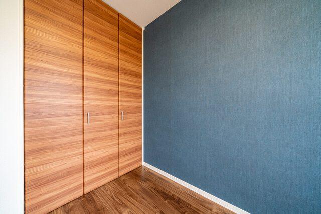 寝室 落ち着いた色調の内装が日々の疲れを癒やします