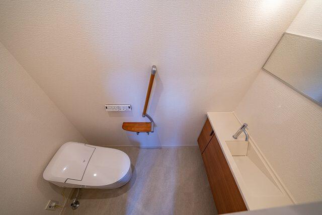 2階トイレ トイレは2箇所あると便利ですよね。タンクレスで手洗いが独立しています。